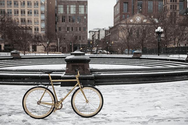 un vélo dans la ville recouverte de neige