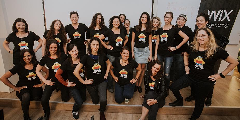 Grupo de mujeres que trabajan en Wix