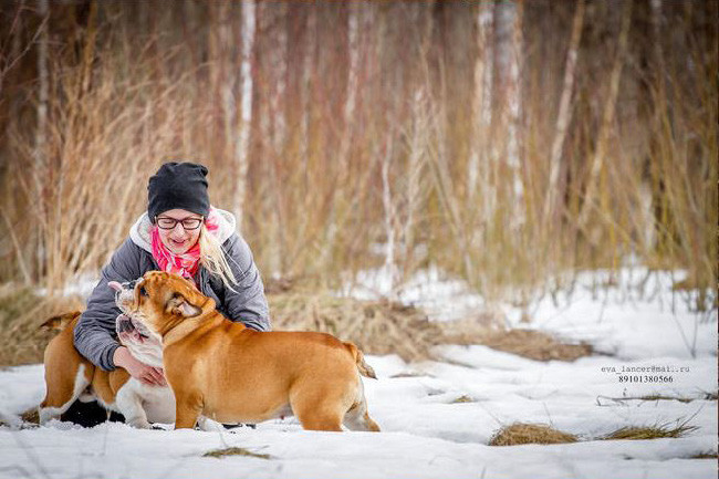 Хозяйка и её собака в заснеженном лесу