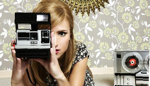 Молодая девушка с винтажным фотоаппаратом