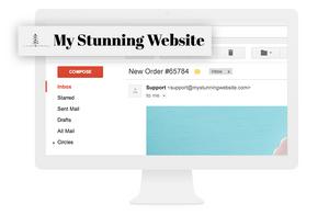 Domain Name in Vergrößerung, dargestellt auf einem Desktop mit Gmail offen