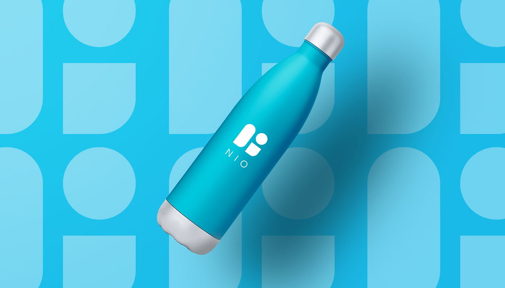 Blaue Wasserflasche mit schönem Logodesign vor blauem Hintergrund