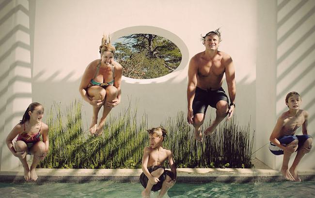 Photo de famille qui fait un saut groupé dans une piscine