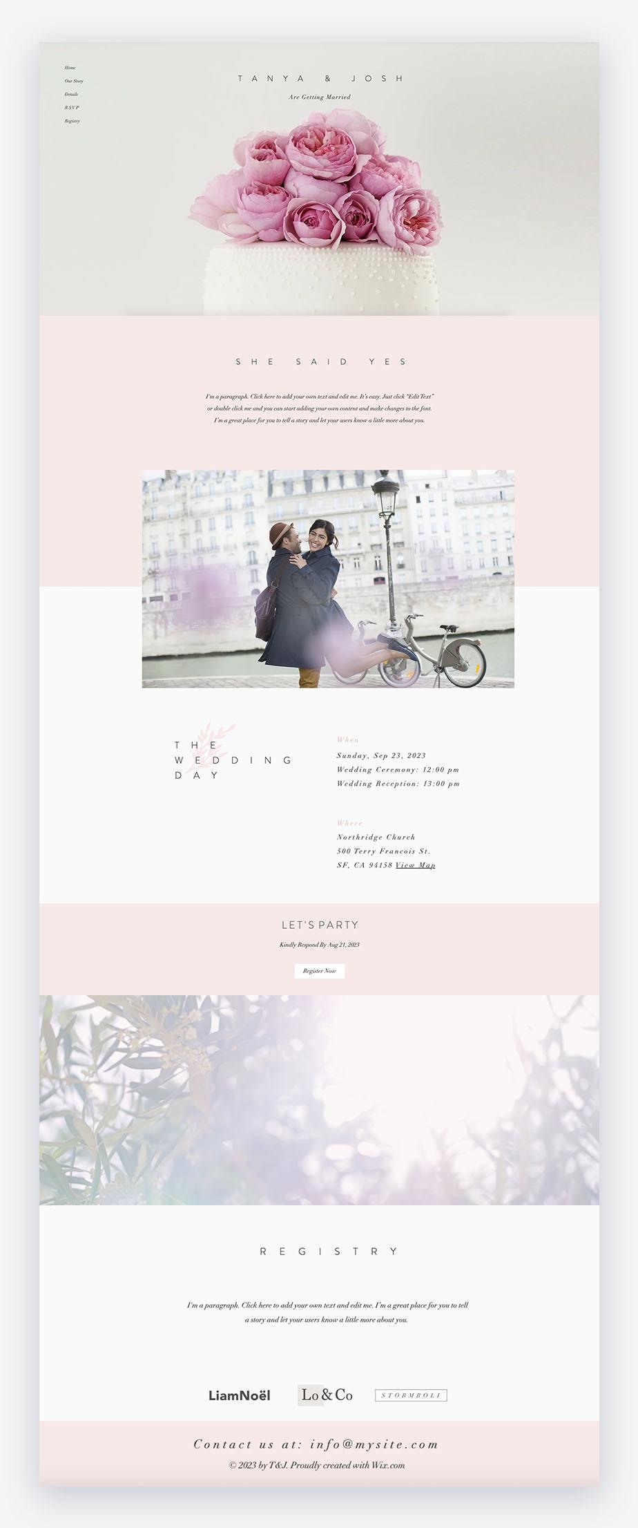 Template di sito matrimonio che mostra fiori e una coppia che si abbraccia