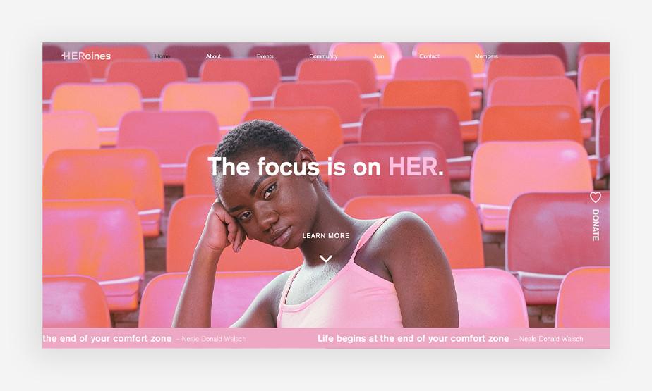 생동감 넘치는 핑크색의 의자와 자신감있는 여성의 얼굴 표정이 매력적인 히로인 웹사이트