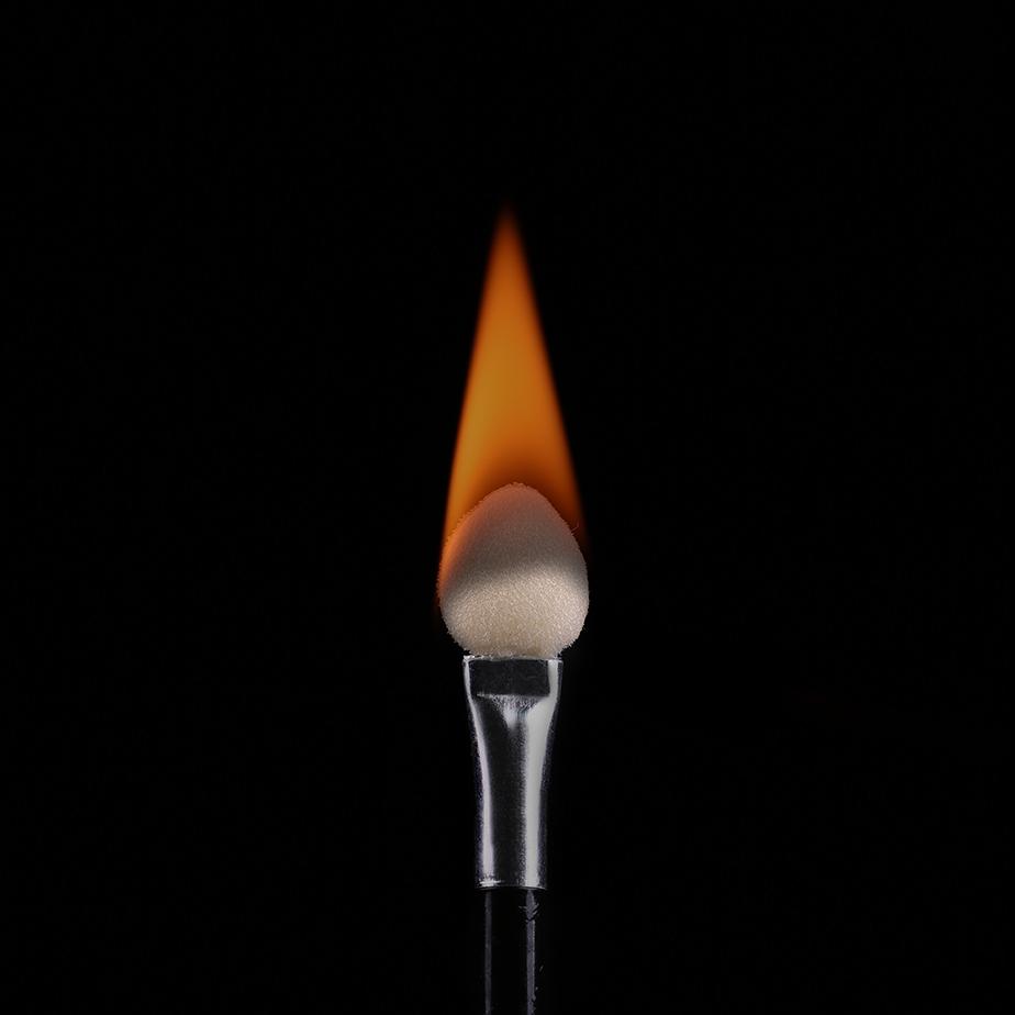 Foto de pincel de maquillaje en llamas de Corinne Andrews