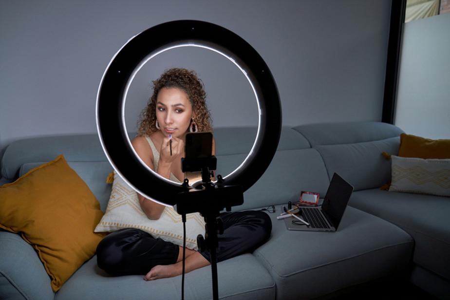 Een influencer filmt zichzelf in een make-up tutorial