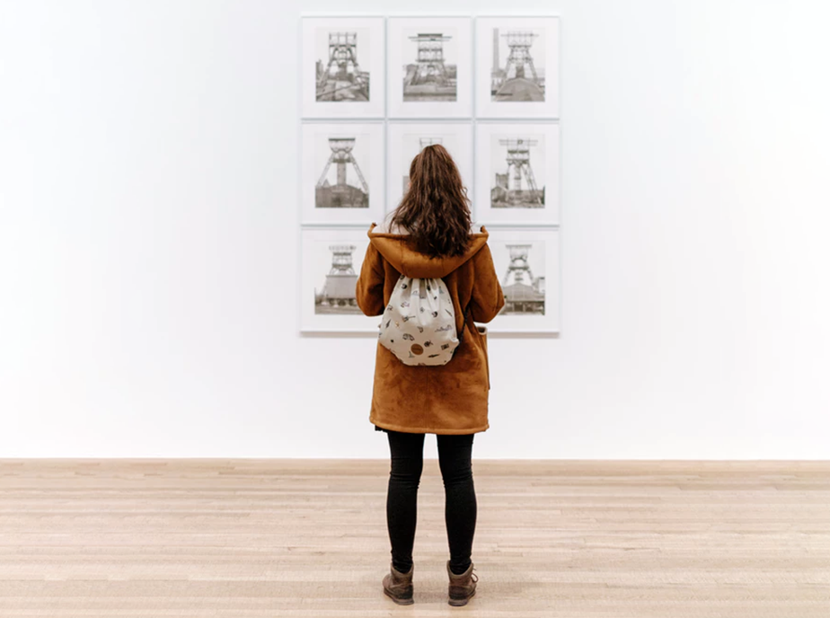 girl looking at photography gallery