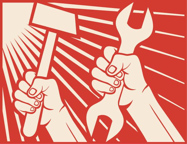 Dos manos sostienen herramientas