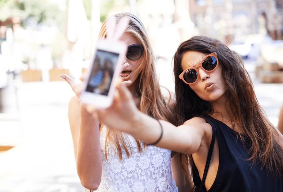 Deux femmes avec leur téléphone