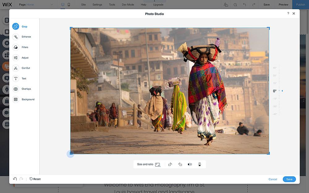 Foto einer Frau mit rotem Schal in Indien welches im Wix Fotostudio bearbeitet wird und auf das Hauptmotiv zugeschnitten ist