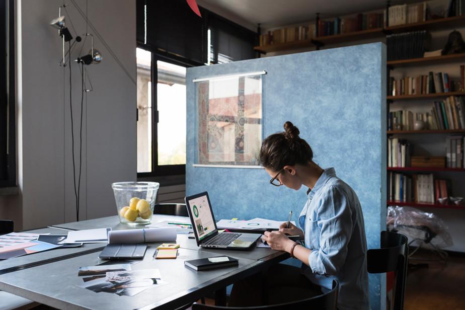 Frau mit Laptop im Arbeitszimmer