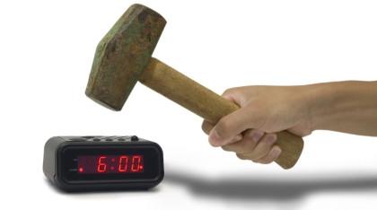 Martillo a punto de destruir despertador