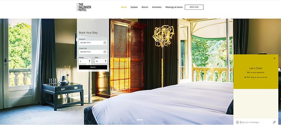 El cuarto de un hotel en una página web de reservas con la ventana del chat abierta.