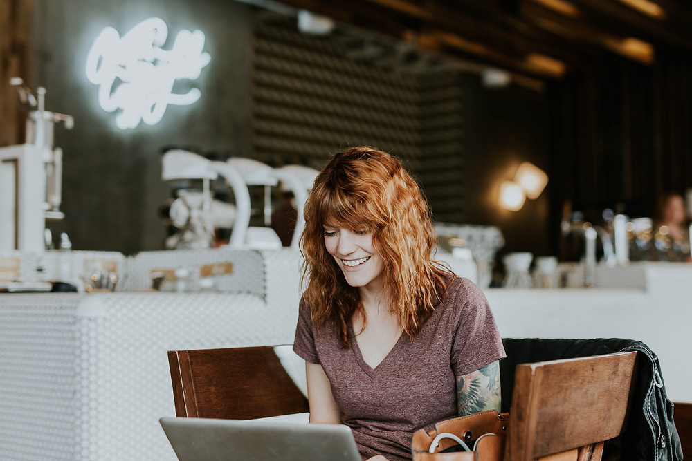 Mulher escrevendo um blog post