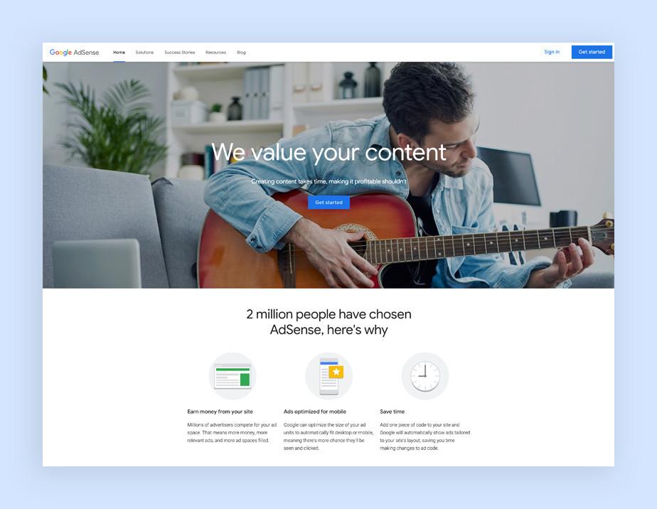 옅은 진 셔츠를 입고 기타를 치고있는 남자의 이미지