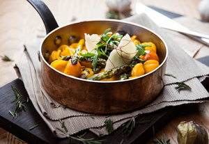 блюдо с желтыми овощами на сковородке