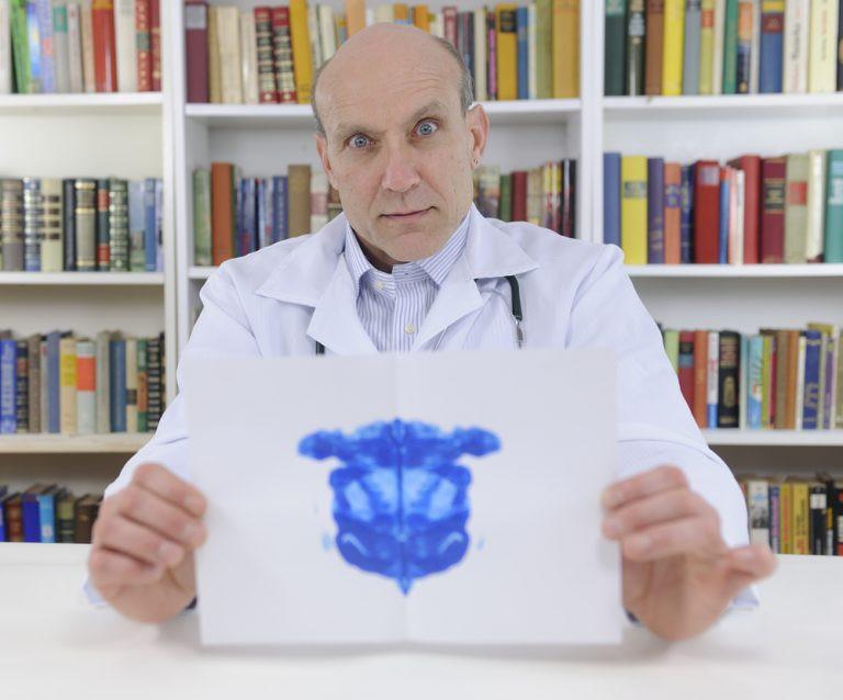 Doctor mostrando un test de rotchart