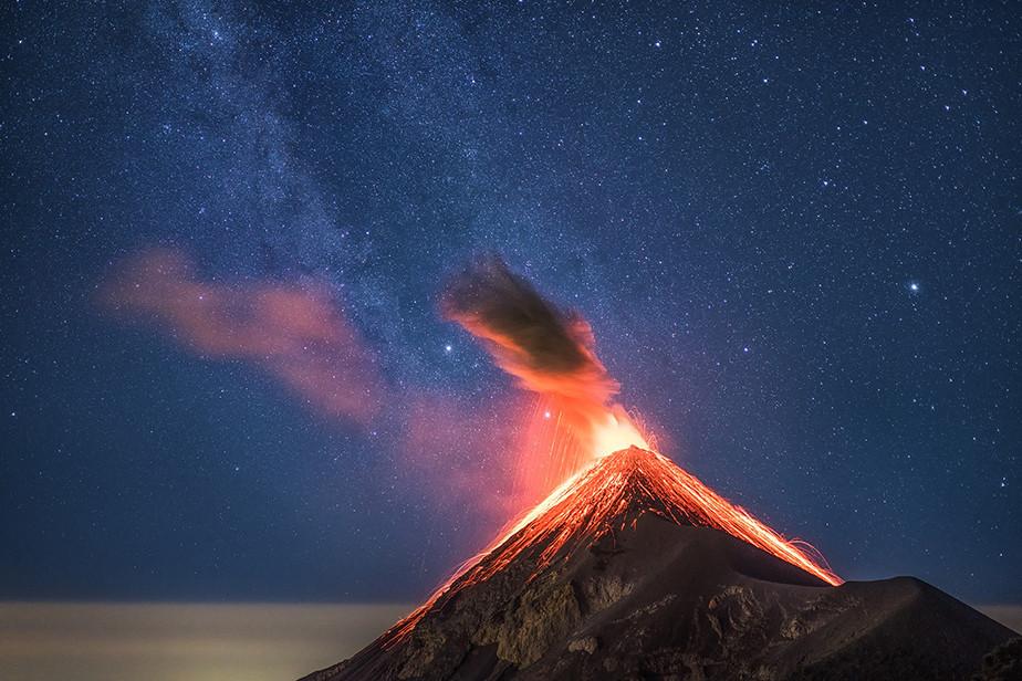 Fotografía de un volcán en erupción tomada por Albert Dros
