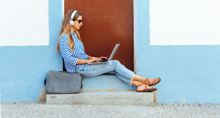 Nómada digital trabajando remoto desde algún lugar del mundo
