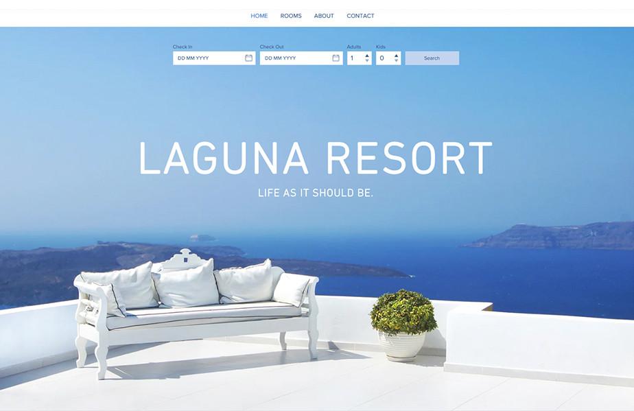 Una vista con un mar azul profundo y un sillón blanco que contrasta con la vista.