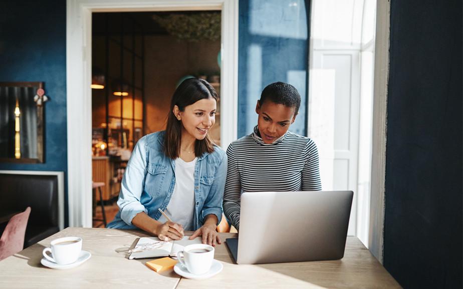Dwie kobiety projektujące stronę internetową