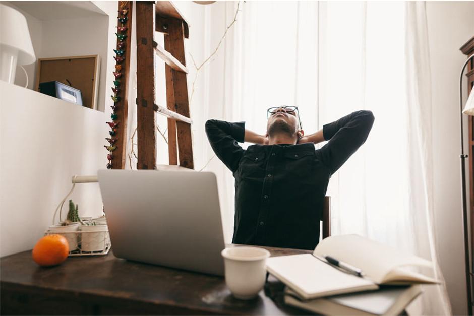일과 중에 틈틈히 시간을 내어 스트레칭으로 스트레스 줄이는 이미지
