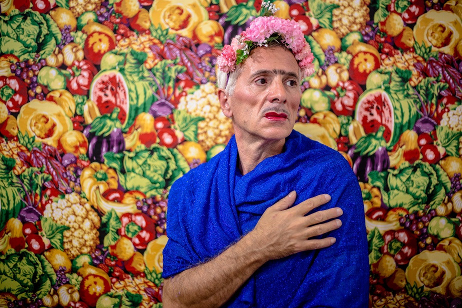 portrait of an old man dressed as frida kahlo by wix photographer Camila Fontenele