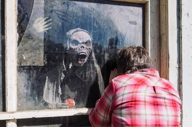 zombie derrière fenêtre