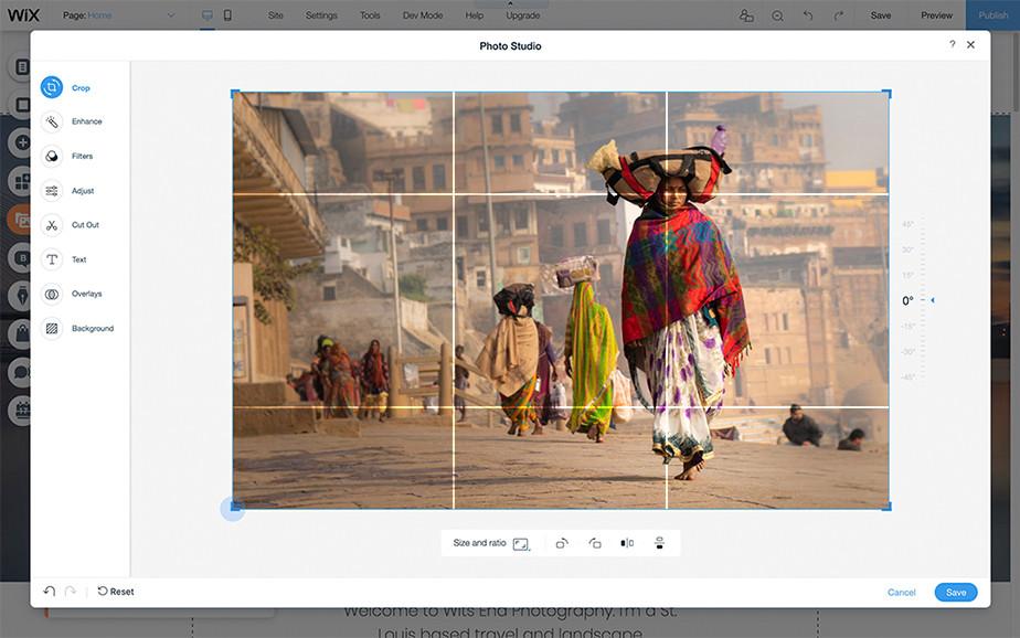 Foto einer Frau mit rotem Schal in Indien welches im Wix Fotostudio bearbeitet wird und den Goldenen Schnitt zeigt