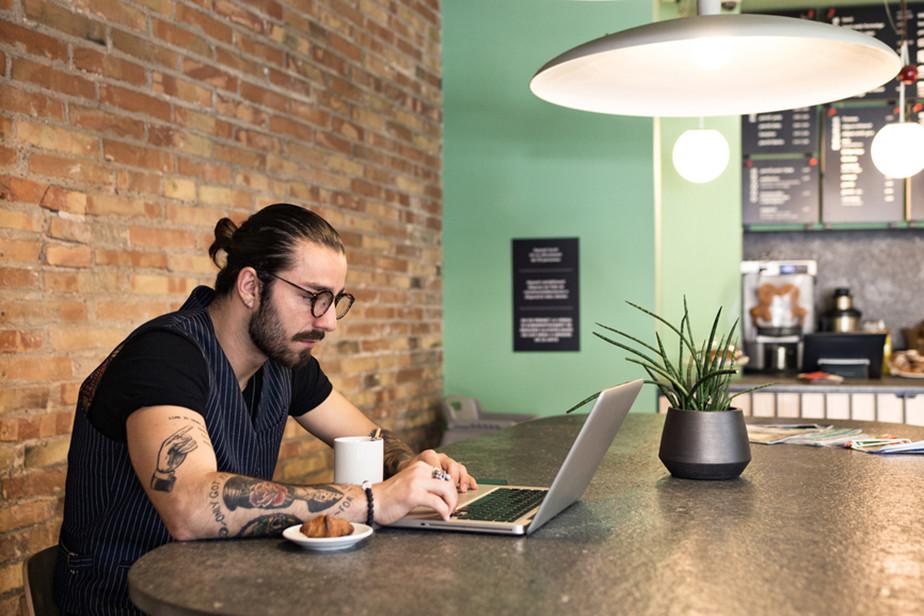 Escritor freelance escribiendo su blog en computador