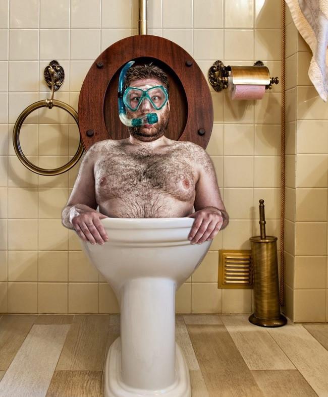homme qui se baigne dans les toilettes