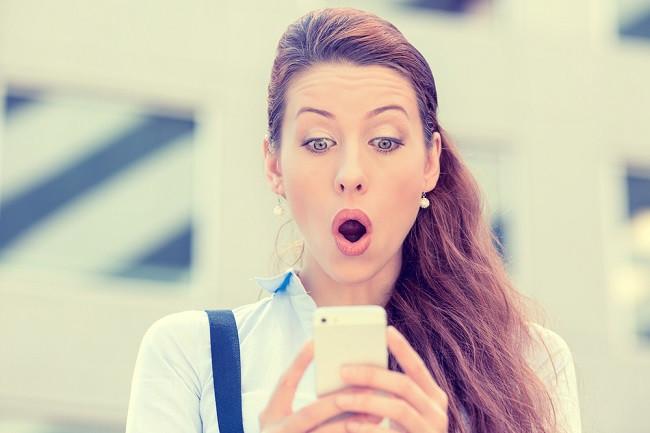 девушка мобильный удивление