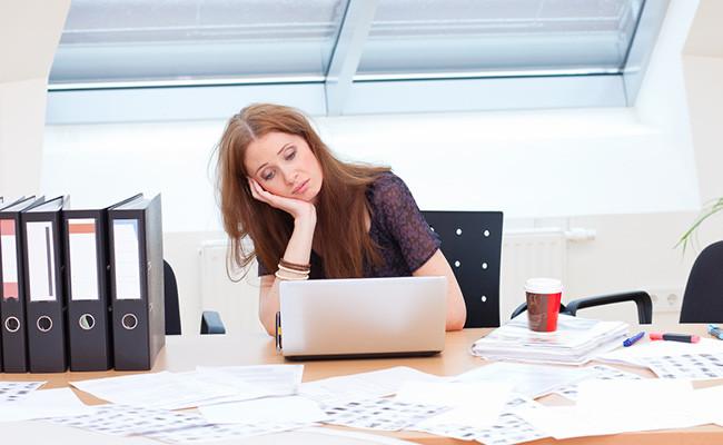 Скучающий работник в офисе