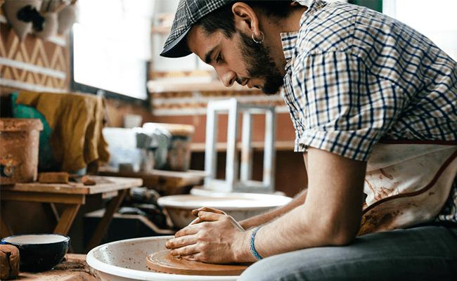 Homme faisant de la poterie