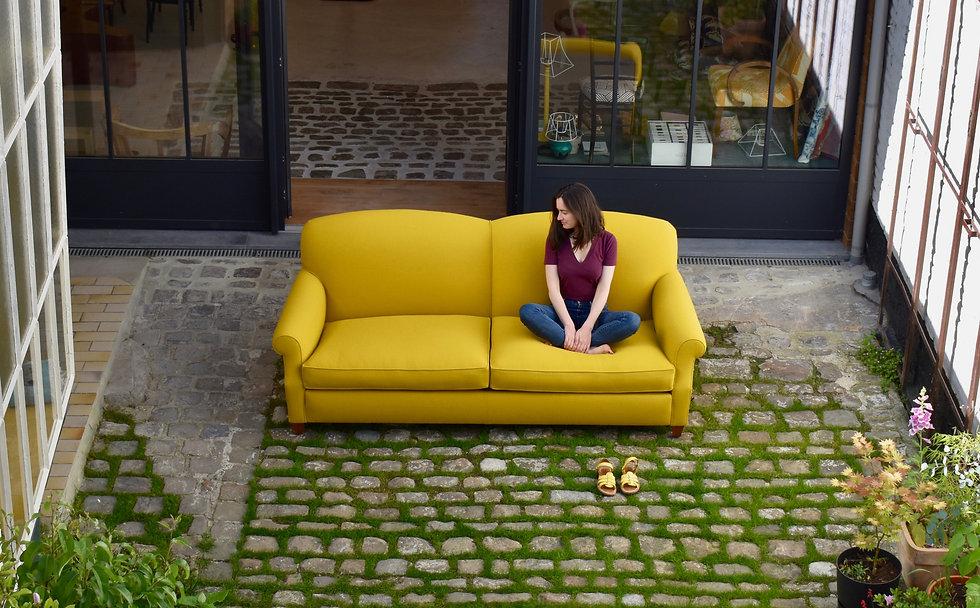 Zoé et le canapé en tissu Kvadrat