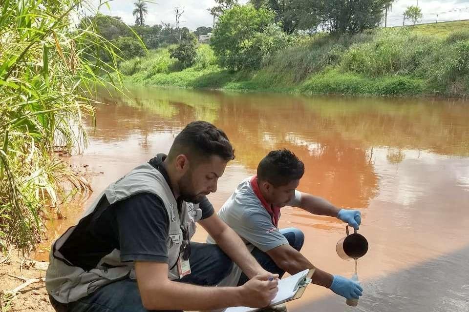 Foto: Técnicos do Sisema coletam amostras de água no Rio Paraopeba.