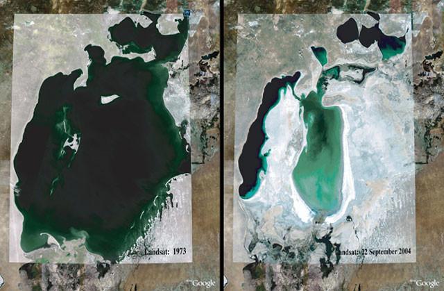 O Mar de Aral em 1973 (esquerda) e em 2004 (direita). Até 2004, o Mar de Aral havia sido reduzido a um quarto de seu tamanho anterior devido ao desvio de água para o cultivo de algodão.