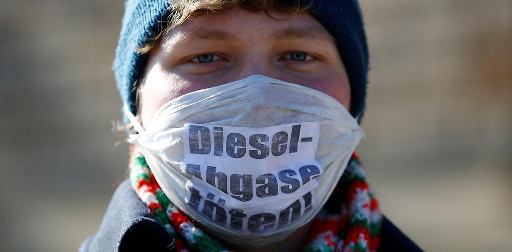 Ativista protesta contra o uso de diesel em frente a corte federal alemã