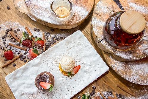 Шоколадный флан с ванильным мороженым и свежей клубникой
