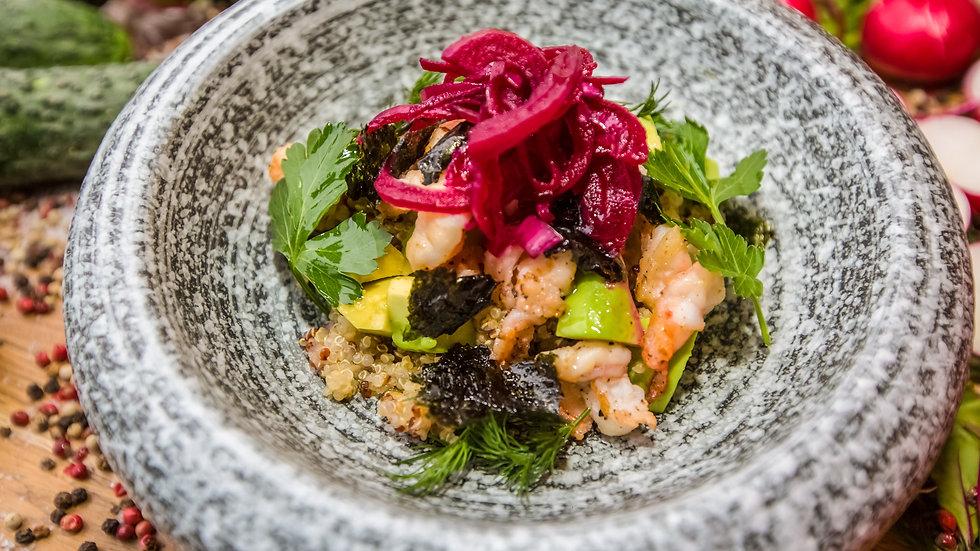 Поке с креветкой, салата чука и маринованным луком