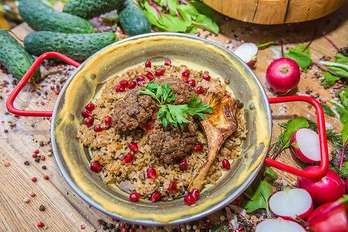 Кебаб-говядина с омлетом, томатами и хумусом