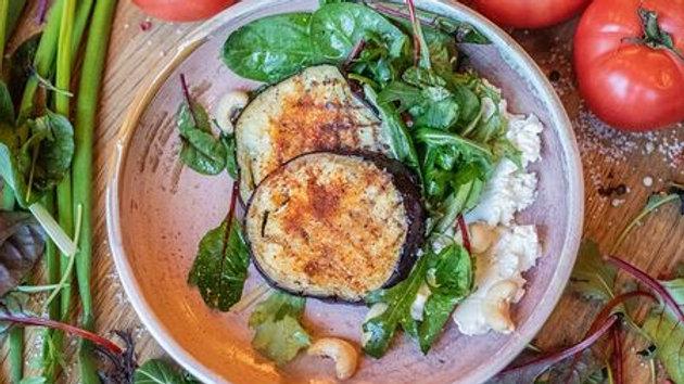 Салат с печёным баклажаном, мягким сыром и кешью