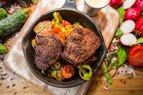 Филе Миньон с картофелем, кукурузой и перечным соусом