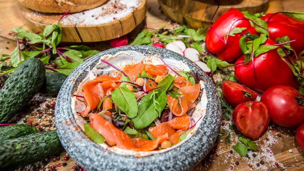 Салат с лососем и сыром лабане