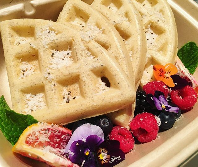 🍋Lemon Poppyseed Waffles with fresh Ber