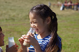 サゴタニ牛乳を飲む子供たち