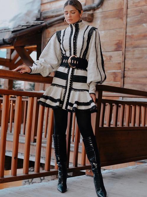 Vestido curto em tweed com detalhes em renda Skazi Thassia Naves