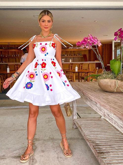 Vestido curto detalhes bordados em linha Skazi Thassia Naves