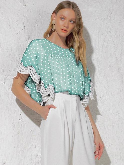 Blusa em tecido bordado de poa com barrado de renda Skazi verde agua